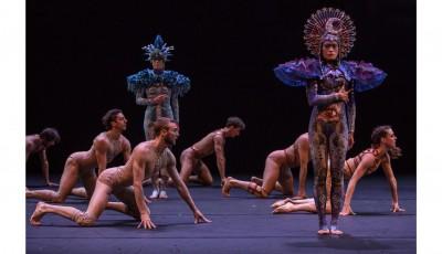Sur scène, des déesses-caryatides mènent le bal au milieu de danseurs pleins d'une vitalité fiévreuse. ©Grégory Batardon