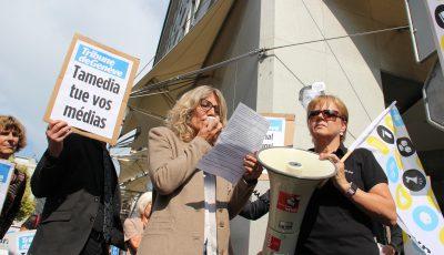 Près de 300 personnes (ici, la journaliste Laurence Bezaguet) se sont regroupées devant la Tribune de Genève pour dénoncer les licenciements dans le journal ©Carlos Serra